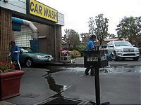 てきぱき働く洗車場の人たち。