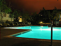夜のプール。