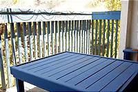 柵とおそろいの青いテーブル