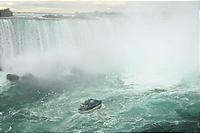 滝つぼに吸い込まれそうになる小さな船。
