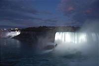 ライトアップされるナイヤガラの滝。