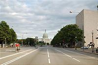 道路の真ん中で撮った議事堂の写真。