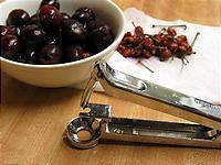 たいへん便利なオリーブの種抜き。