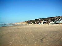 広い砂浜。右が豪邸と梯子。