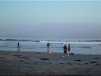 人の多い朝の海