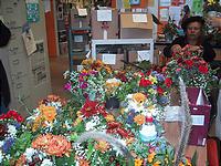 値付け風景。陶芸教室というよりもまるで花屋。